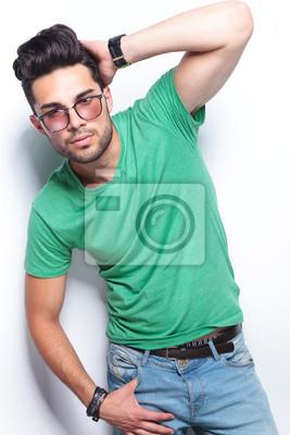 d7e0a0700c0e Casual mann mit der hand auf den kopf und in der tasche fototapete ...