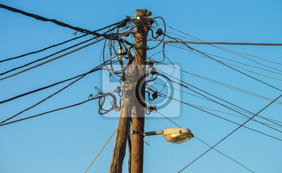 Chaotische drähte der stromversorgung am mast fototapete ...
