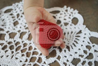 Childs Hand Häkeln Roten Herzen Auf Weißen Serviette Hintergrund