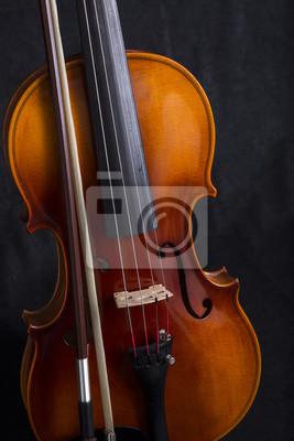 Close up Violine Blättern und Bogen stehen auf schwarzem Hintergrund