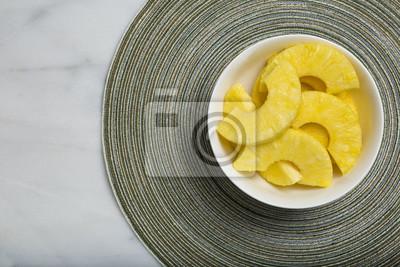 Close-Up Von Ananasscheiben In Der Schale