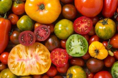 Fototapete Close up von bunten Tomaten, einige in Scheiben geschnitten, von oben geschossen