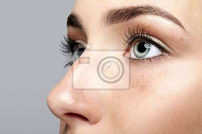 Fototapete Closeup Makro Porträt der weiblichen Gesicht. Mädchen mit perfekter Haut und Sommersprossen