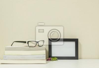 Fototapete Closeup Rahmen Für Foto Mit Haufen Buch Auf Schreibtisch Im Wohnzimmer  Hintergrund