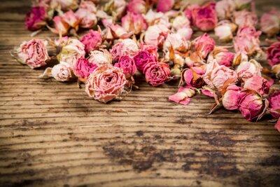 Fototapete Closeup von getrockneten Rosen auf Holzuntergrund