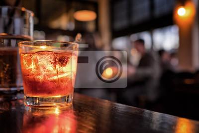 Fototapete Cocktail close up in einer Bar Einstellung. Verschwommene Menschen im Hintergrund. Selektive Fokus auf das eisige Getränk und Glas.