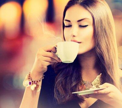 Fototapete Coffee. Schöne Mädchen trinken Tee oder Kaffee