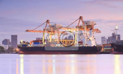 Container Frachtschiff Frachtschiff mit Kran arbeiten Brücke in Werfte