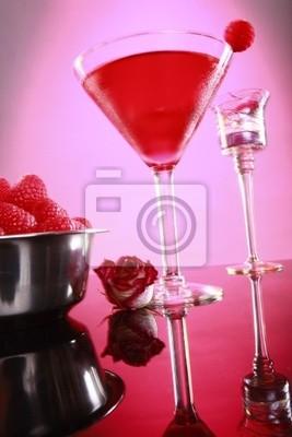 Cosmopolitan Coktail und Himbeere auf rosa