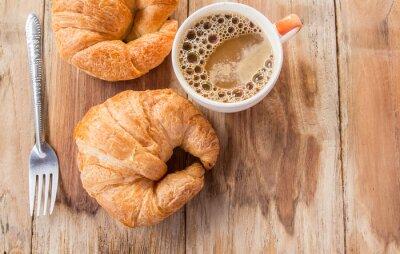 Fototapete Croissant und Kaffee zum Frühstück auf alten Holztisch