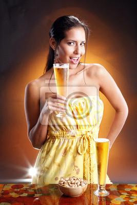 Cute Brunette und Goden Bier. Spiele goldenen Bier Sammlung.