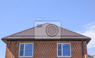 Das Haus Mit Kunststoff Fenster Und Ein Dach Aus Wellpappe