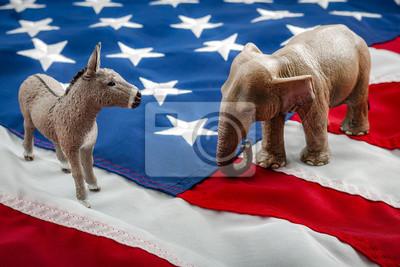 Fototapete Demokraten gegen Republikaner konfrontieren sich in einem ideologischen Duell auf der amerikanischen Flagge. In der amerikanischen Politik werden US-Parteien entweder vom demokratischen Esel oder dem