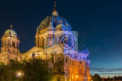Der Berliner Dom bei Nacht beleuchtet