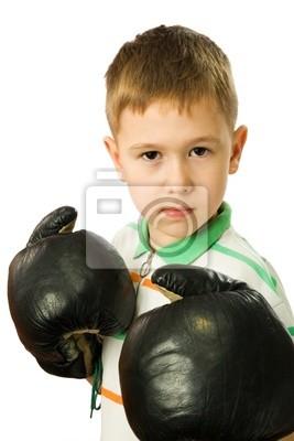 Der Junge in Boxhandschuhe auf einem weißen Hintergrund