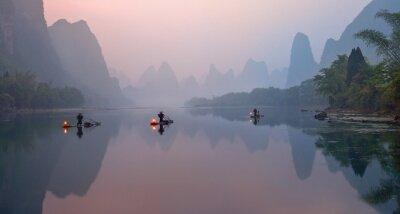 Fototapete Der Li-Fluss, Xingping, China, szenische Landschaft. Kormoran fishermans auf den alten Bambusbooten mit beleuchtete Lampen bei Sonnenaufgang.