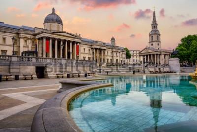 Fototapete Der Trafalgar Square in London, England, mit National Gallery und St. Marting on the Fields-Kirche in dramatischem Licht