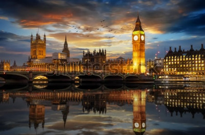 Fototapete Der Westminster Palace und der Big Ben Clocktower an der Themse in London, Großbritannien, kurz nach Sonnenuntergang