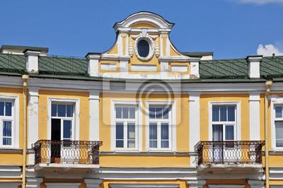 Extrem Die gelbe fassade des historischen gebäudes mit rundem dachfenster LE08