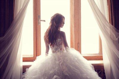 Fototapete Die schöne Braut vor einem Fenster im Innenbereich