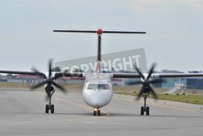 Fototapete Dies ist eine Ansicht der Eurolot Flugzeug Bombardier Dash-8 Q400 als SP-EQC an der Warschauer Chopin-Flughafen registriert. 30. Juli 2015 in Warschau, Polen.