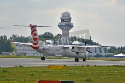 Fototapete Dies ist eine Ansicht der Eurolot Flugzeug Bombardier Dash 8 Q400 als SP-EQG an der Warschauer Chopin-Flughafen registriert. 30. Juli 2015 in Warschau, Polen.