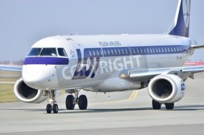 Fototapete Dies ist eine Ansicht von Embraer ERJ 170 PLL LOT als SP-LNA an der Warschauer Chopin-Flughafen registriert. 11. April 2015 Warschau, Polen.