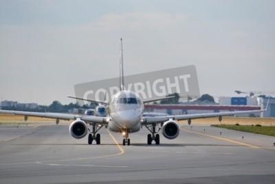 Fototapete Dies ist eine Ansicht von LOT Polish Airlines Embraer ERJ 170 Ebene wie SP-LDE an der Warschauer Chopin-Flughafen registriert. 30. Juli 2015 in Warschau, Polen.