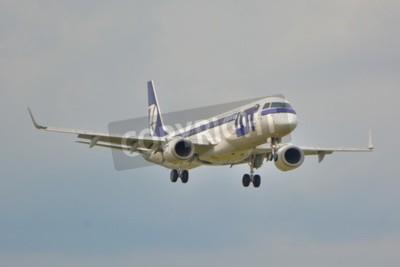 Fototapete Dies ist eine Ansicht von LOT Polish Airlines Embraer ERJ 195 Flugzeug als SP-LNA auf dem Warschauer Chopin Flughafen registriert. 16. September 2015.