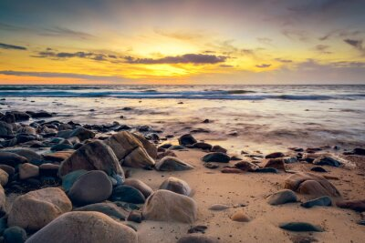 Fototapete Dramatische Sonnenuntergang an der felsigen Küste