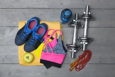 Fototapete Draufsicht bunte Fitnessgeräte auf Holzboden