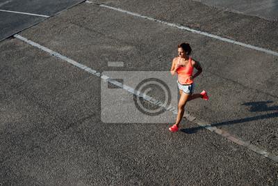 76bfbc7ce2ed06 Fototapete Draufsicht der Frau auf Stadt Asphalt läuft. Weiblicher Läufer  Training im Freien.