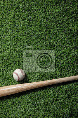 Draufsicht von Baseball und Schläger auf grünem Rasen