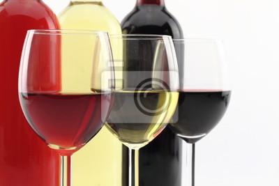 Drei Farben der Wein in Flaschen und Gläsern