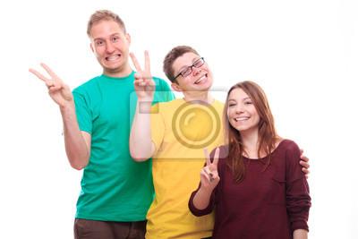 Drei junge Leute mit Victory-Zeichen und lächelnd