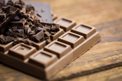 Fototapete Dunkle und Milchschokolade auf einem Holztisch
