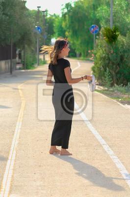 Dunnes Madchen Mit Schwarzem Kleid Auf Der Strasse Weg Mit Schuhen