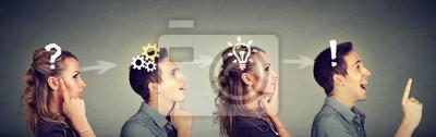 Fototapete Durchdachter Mann und Frau, die zusammen ein allgemeines Problem lösend denken