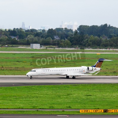 Fototapete DÜSSELDORF, DEUTSCHLAND - 5. September 2015: Eurowings Bombardier CRJ-900 NG kommt an den Flughafen Düsseldorf International.