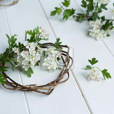 Efeu kranz mit weißdorn blüte auf weißem holz hintergrund fototapete ...