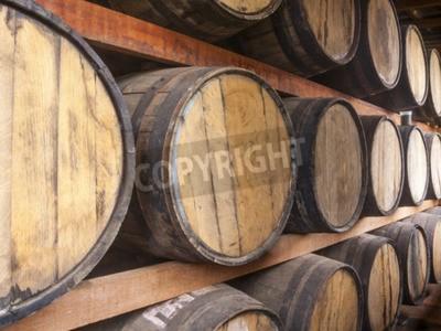 Fototapete Eichenfässer gestapelt für die Speicherung von alkoholischen Getränken wie Wein, Whisky, Rum, und etc.
