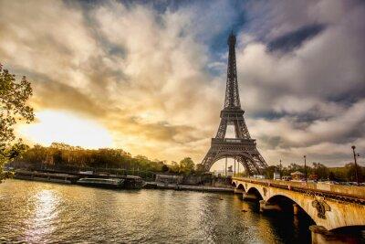 Fototapete Eiffelturm mit Boot auf der Seine in Paris, Frankreich
