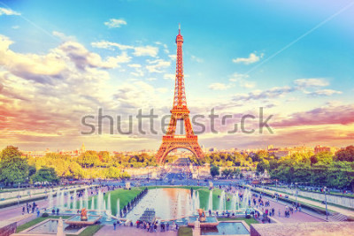 Fototapete Eiffelturm und Brunnen bei Jardins du Trocadero, Paris, Frankreich. Reisehintergrund mit Retro- Weinlese instagram Filter