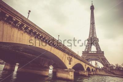 Fototapete Eiffelturm und Jena-Brücke an einem bewölkten Tag