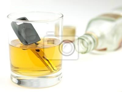 Ein Autoschlüssel in einem Glas Whisky