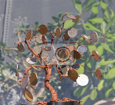 Ein baum aus kupferdraht mit münzen. handgemachtes handwerk ...
