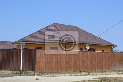 Ein Haus Mit Einem Metall Welldach Und Einem Gauve Zaun Aus Einem