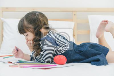 Ein Kleines Nettes Madchen Geniessen In Das Buch Zu Zeichnen