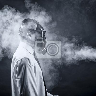 ein Mann in einer Gasmaske geht durch den Rauch