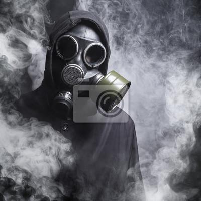 Ein Mann in einer Gasmaske im Rauch